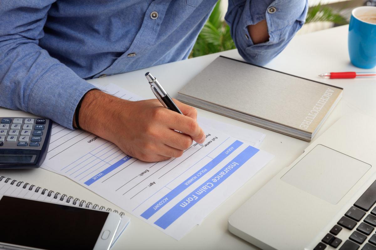 mano firmando un recurso administrativo