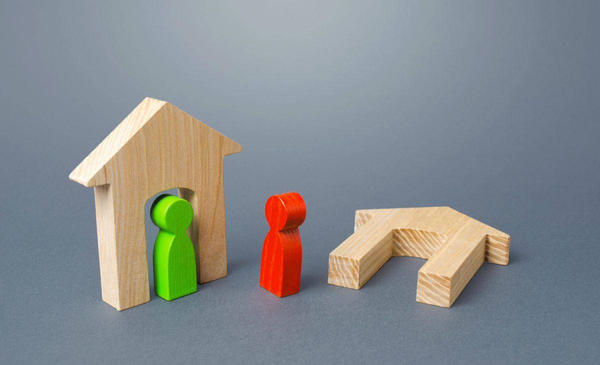 casa con monigotes