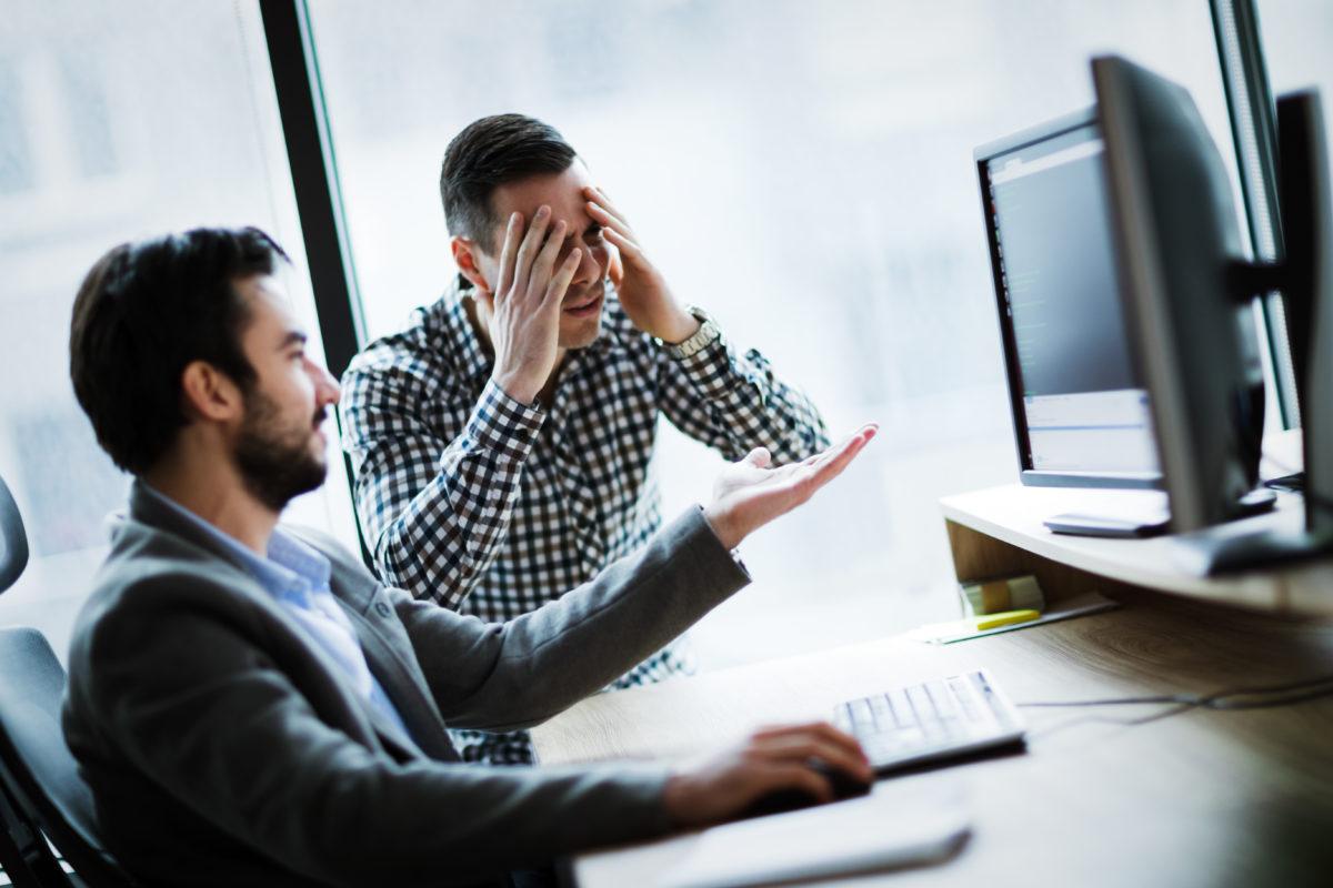 pelea entre socios viendo unos datos
