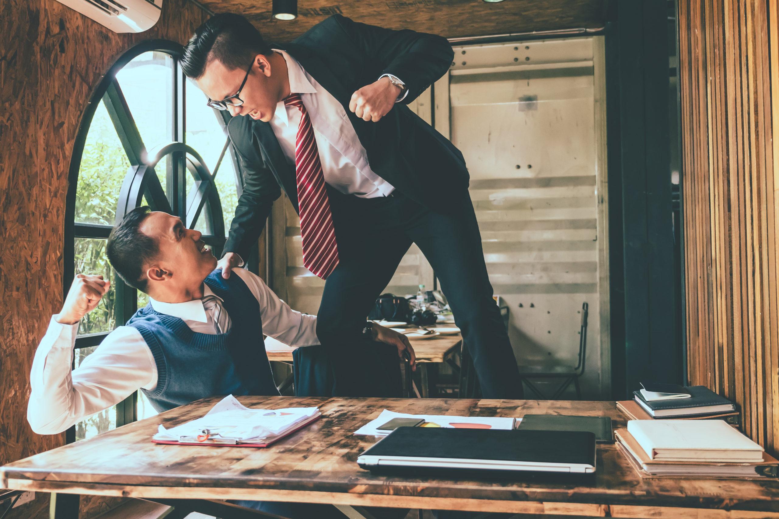 dos ejecutivos peleando